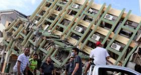 Portoviejo, lunes 18 de abril del 2016 (Andes).-Luego del terremoto varios sectores del centro de portoviejo quedaron devastados. En la gráfica voluntarios pasan cerca de uno de los edificios afectados Foto:Andes/César Muñoz