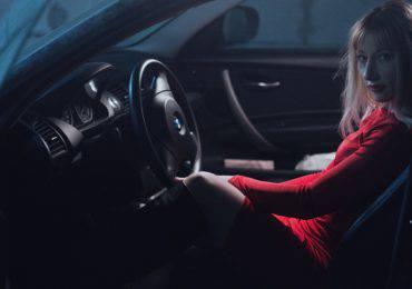 girl-in-car-1382916_1280