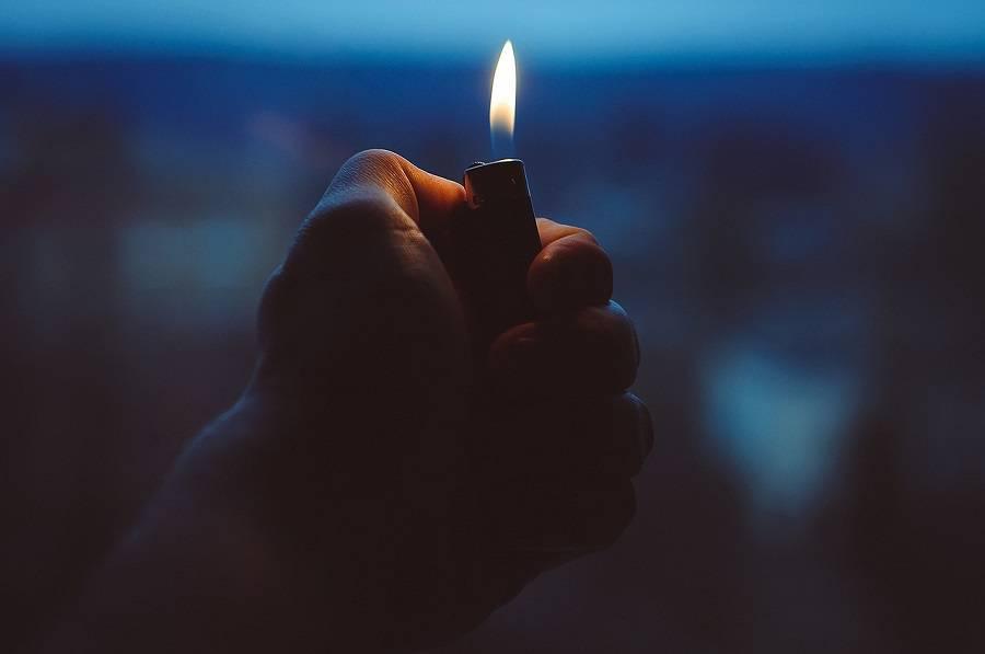 zapalniczka ręka ogień światło podpalenie