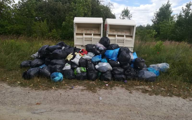 Śmieci pod kontenerami na odzież PCK Lublin