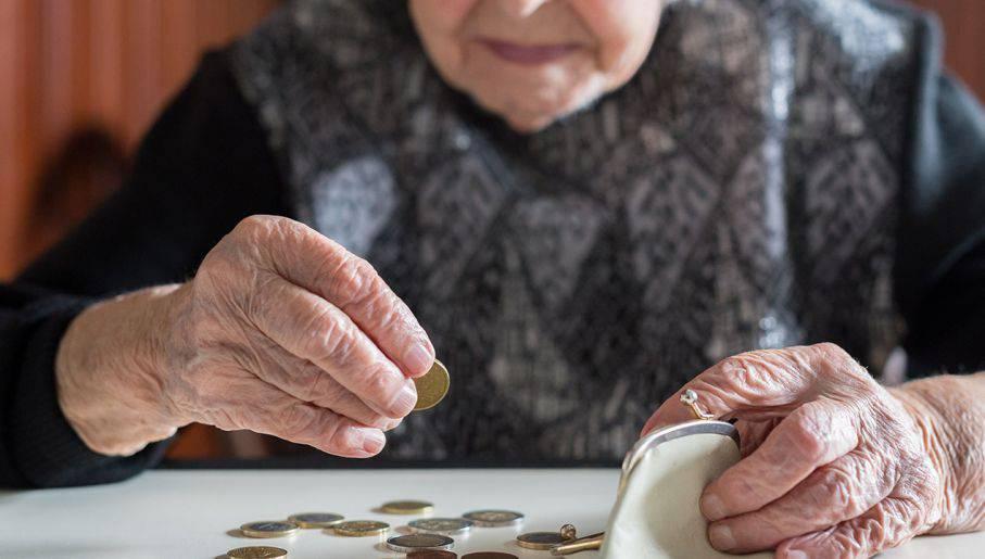 starsza kobieta pieniądze