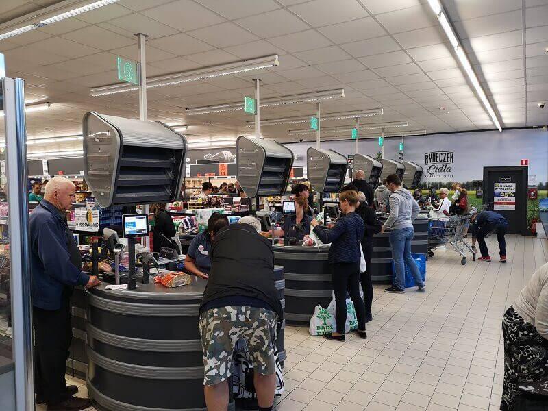 Klienci robiący zakupy w Lidlu