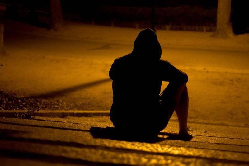 mężczyzna kaptur noc cień