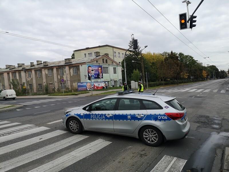 radiowóz policja policjanci skrzyżowanie sygnalizacja sterowanie ruchem zamknięta ulica