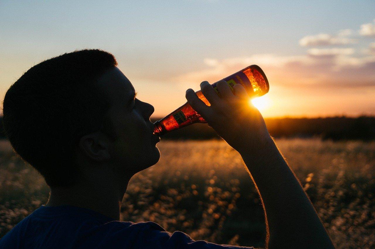 picie piwa piwo butelka