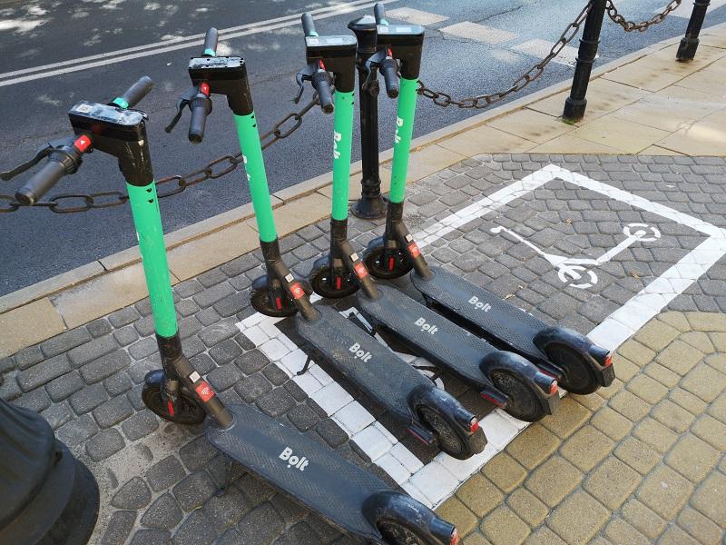 Parking dla elektrycznych hulajnóg na Placu Wolności | fot. Dominik Wąsik