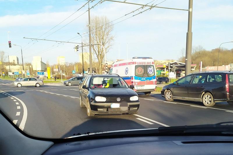 Kierowca volkswagena pojechał pod prąd na rondzie Dmowskiego przy zamku