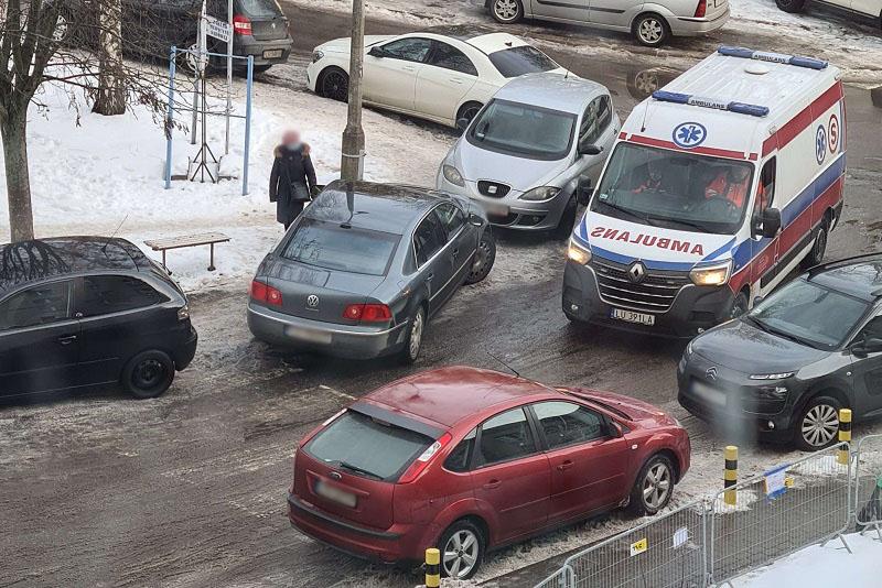 Kierowca Volkswagena zablokował przejazd karetce