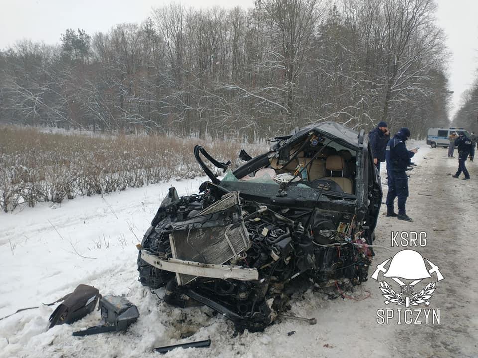 Mercedes uderzył w drzewo w Charlężu | fot. KSRG Spiczyn