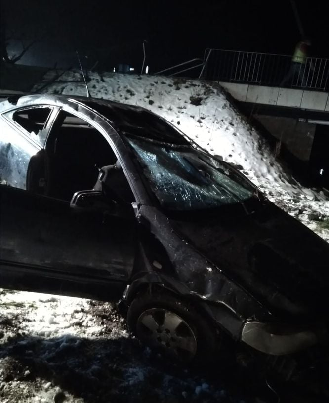 Opel wpadł w rzeki Ciemięga w miejscowości Dys | fot. KMP Lublin