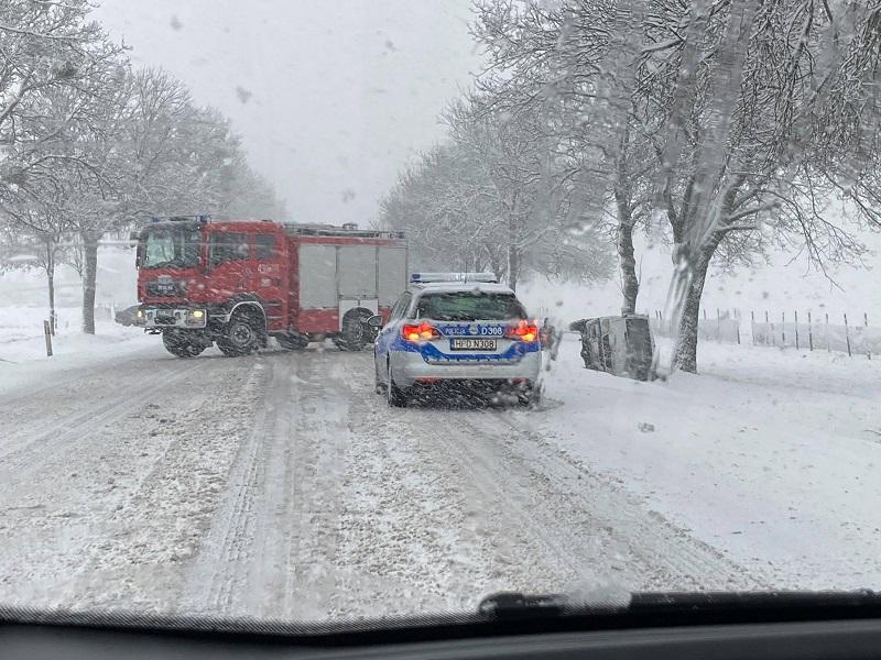 Samochód wpadł do rowu na drodze krajowej nr 17 w miejscowości Zakręcie | fot. czytelnik Błażej