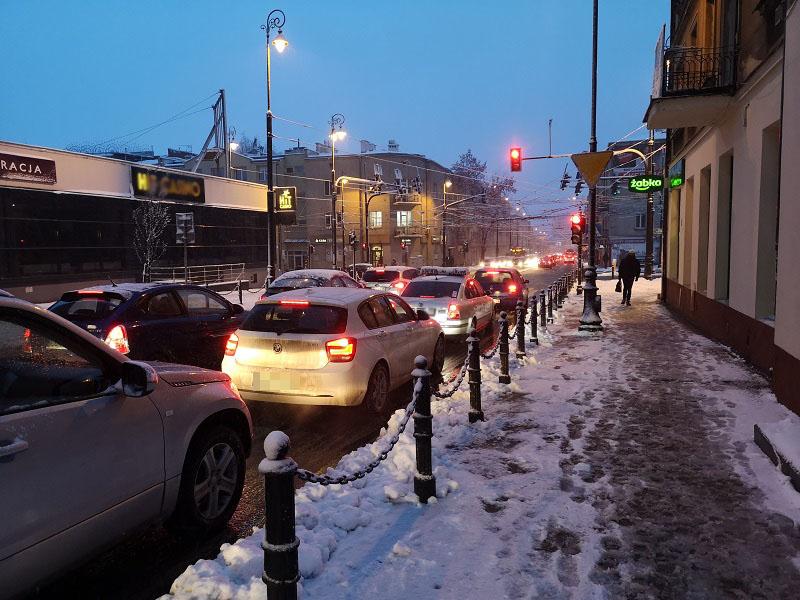 skrzyżowanie sygnalizacja korek śnieg zima