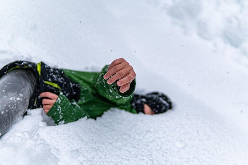dziecko w śniegu zima