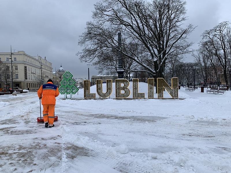 Odśnieżanie Placu Litewskiego po nocnych opadach śniegu | fot. Miasto Lublin