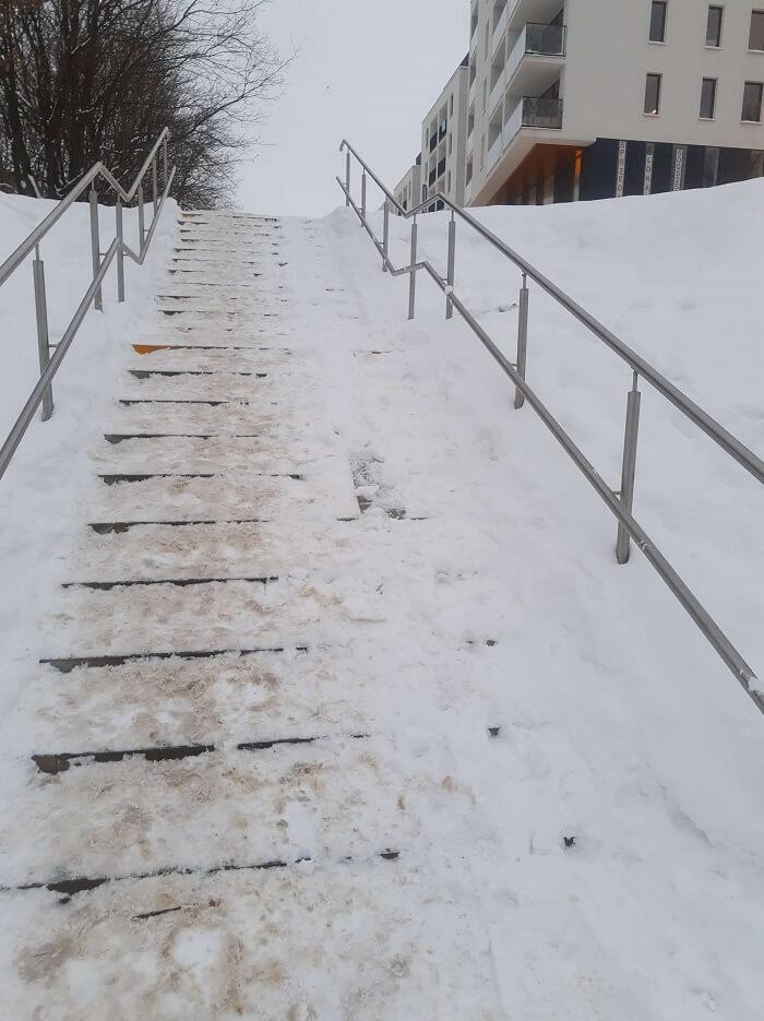 Nieodśnieżone schody na osiedlu Nowe Ogrody na Węglinie | fot. nadesłane