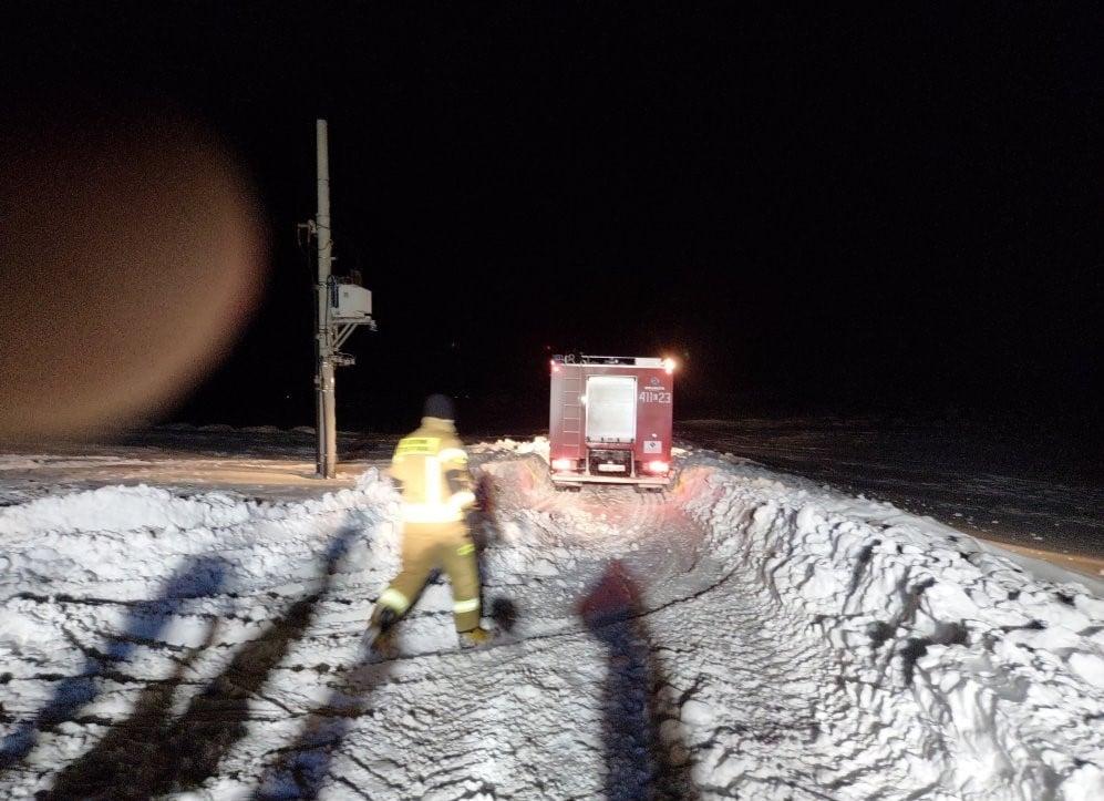 Śnieg odciął karetce dojazd do rodzącej kobiety   fot. OSP KOBŁO