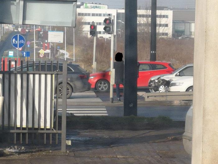 Zderzenie dwóch aut przed skrzyżowaniem na al. Spółdzielczości Pracy | fot. czytelnik Dawid