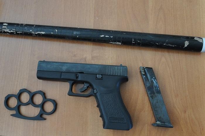 Pistolet, kastet i pałka teleskopowa w aucie 22-latka   fot. KMP Chełm