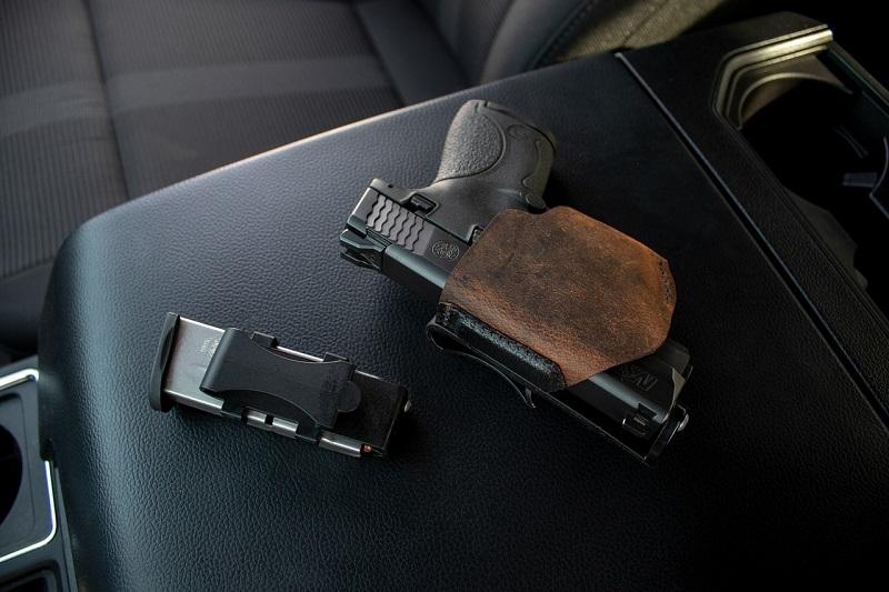 broń pistolet w samochodzie