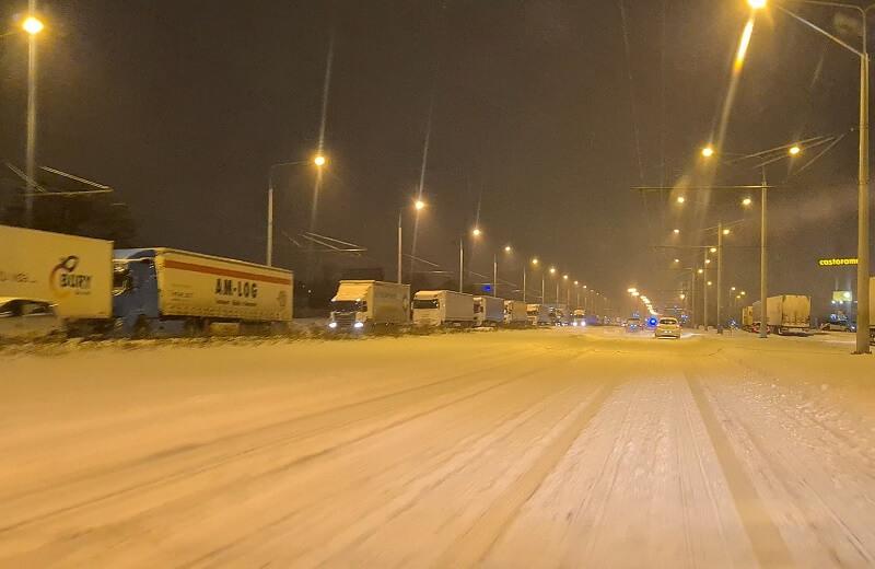 Pojazdy ciężarowe blokują prawy pas ruchu ul. Mełgiewskiej w kierunku Świdnik   fot. czytelnik Konrad