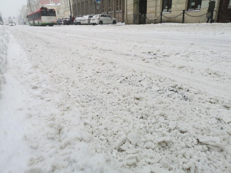 Zalegający śnieg na ulicy w trakcie poniedziałkowych opadów śniegu | fot. Dominik Wąsik