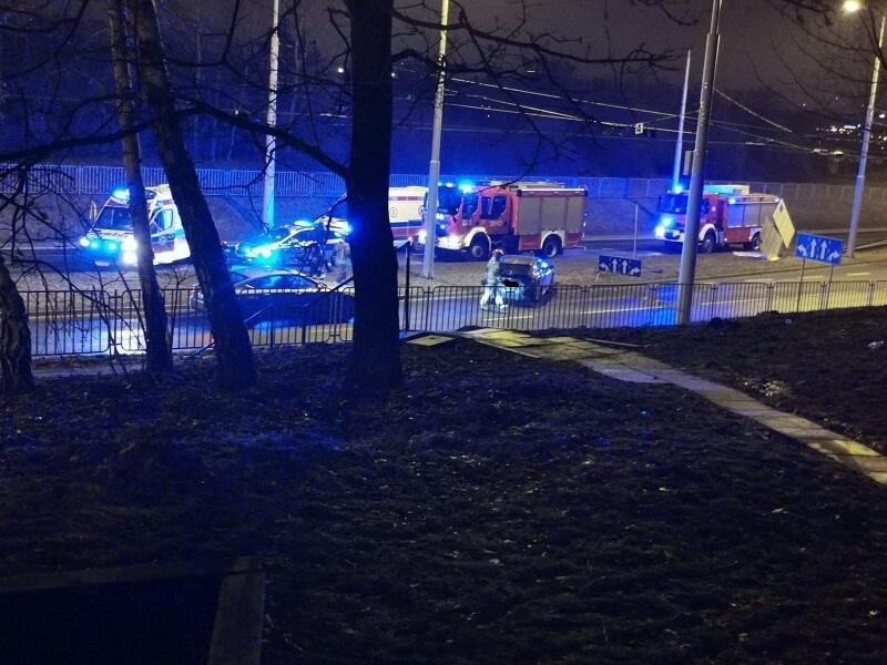 Kierowca hondy stracił panowanie na ul. Jana Pawła II i uderzył w latarnię | fot. czytelniczka Sylwia