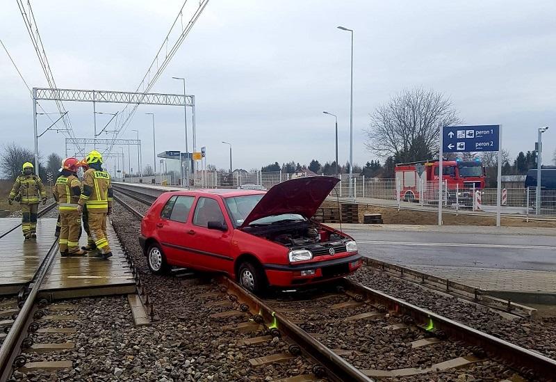 Kierowca volkswagena wjechał na remontowany przejazd kolejowy w Motyczu | fot. mł. kpt. Piotr Lipiec