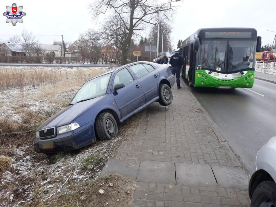 Kierująca skodą, aby uniknąć zderzenia, zjechała do rowu   fot. KPP Świdnik