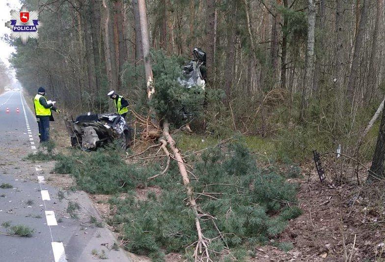 Drożdżak. Skoda rozpadła się na pół po uderzeniu w drzewo   fot. KPP Łuków