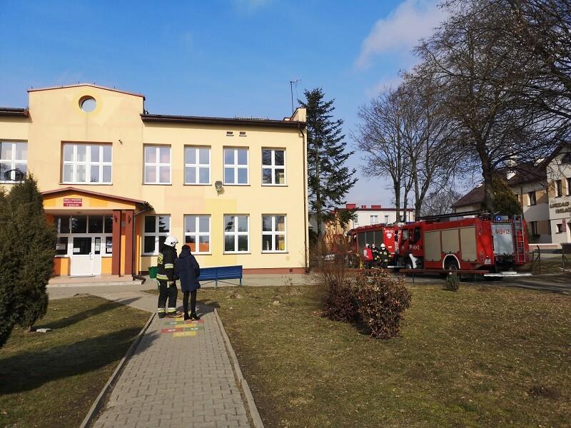 Ewakuacja uczniów i pracowników szkoły podstawowej w Wilkołazie | fot. Dominik Wąsik