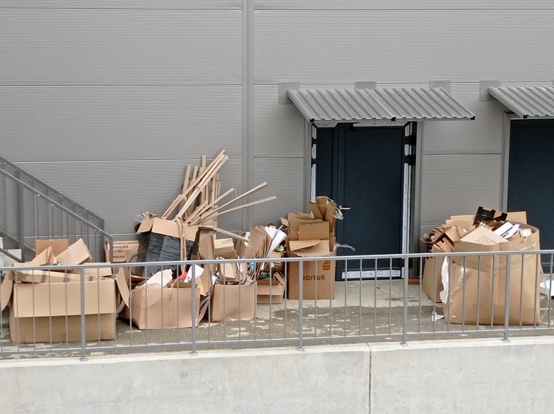 Kartony zalegają od kilku tygodni na tyłach galerii Diamentowa Park   fot. czytelnik Karol