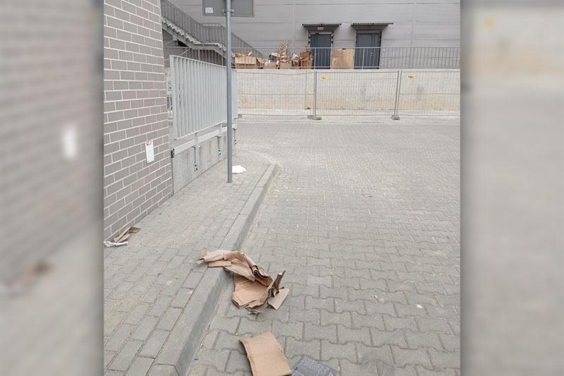 Kartony walają się po okolicy parku handlowego Diamentowa Park   fot. czytelnik Karol