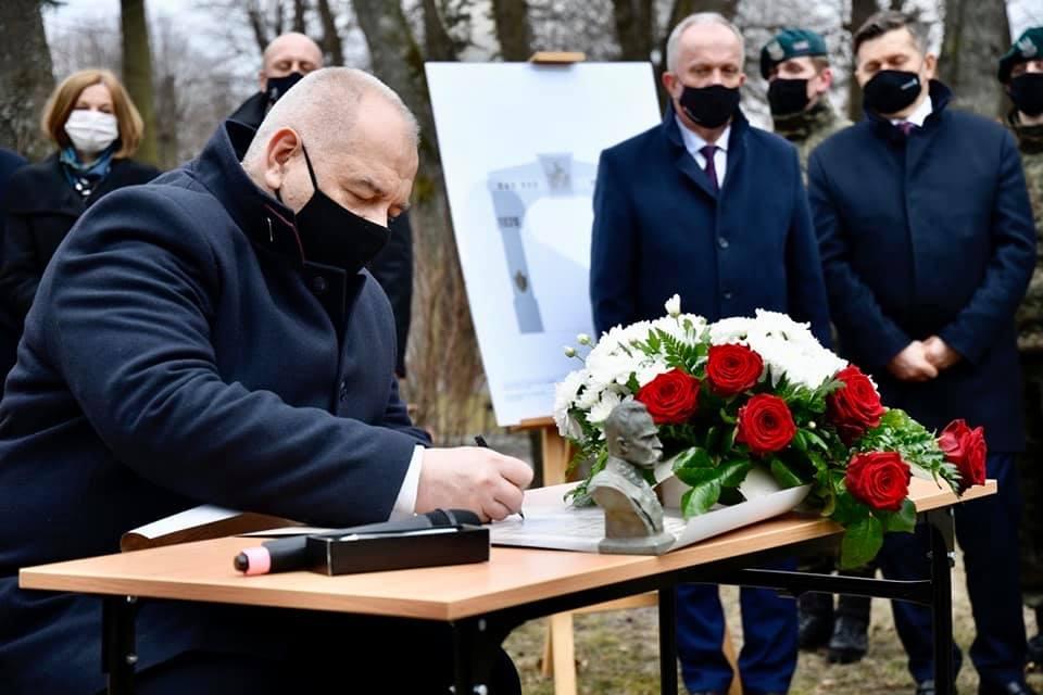 Jacek Sasin złożył podpis pod aktem erekcyjnym pod budowę łuku triumfalnego w Tomaszowie Lubelskim