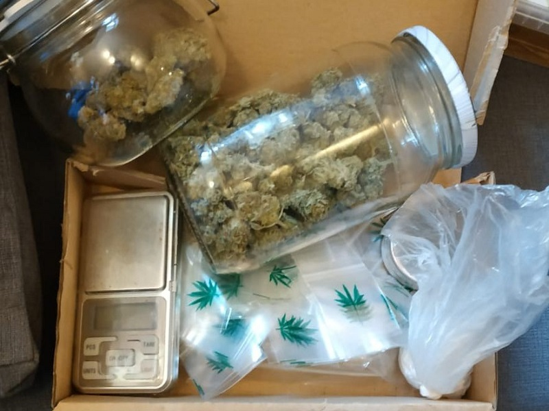 Policjanci w pokoju 22-latka ujawnili narkotyki, wagę i woreczki strunowe