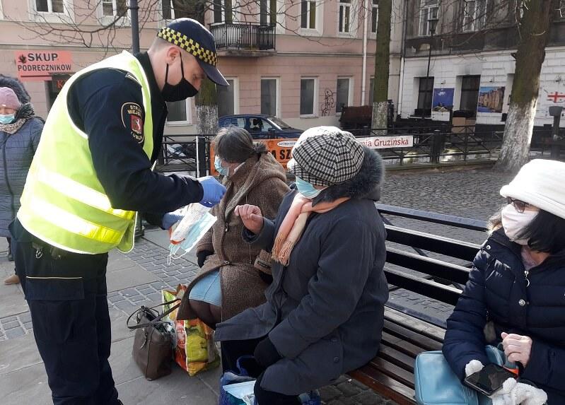 Nadzór Ruchu MPK Lublin i Straż Miejska ponownie rozdają maseczki | fot. MPK Lublin