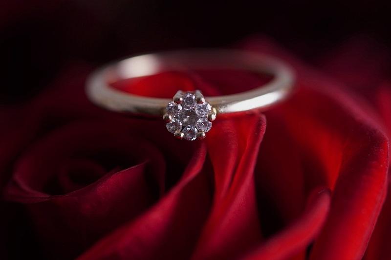 Pierścionek zaręczynowy z diamentem na róży