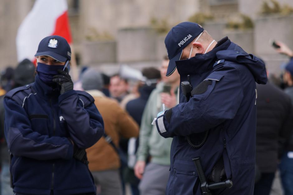 policjanci w maseczkach