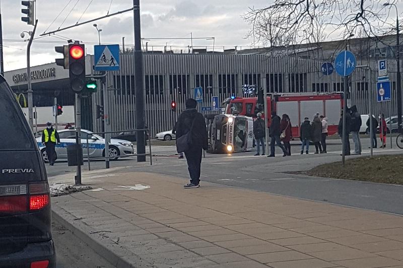 Karetka po zderzeniu z samochodem przewróciła się na bok | fot. czytelnik Wojtek