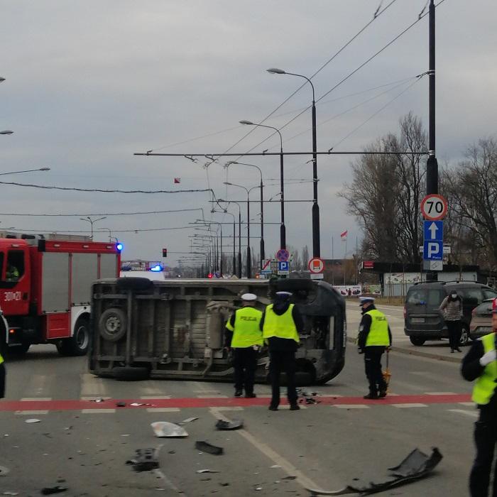 Karetka po zderzeniu z samochodem przewróciła się na bok | fot. czytelniczka Karola