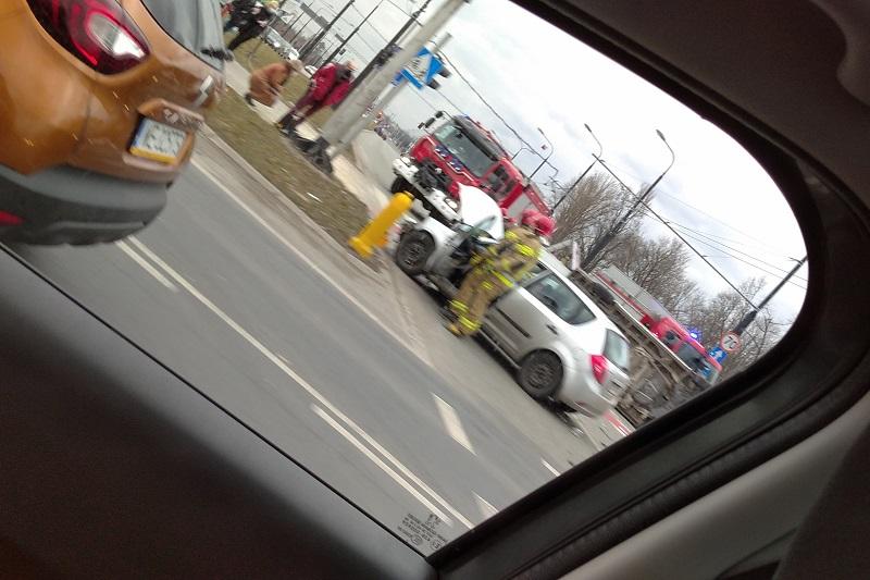 Karetka po zderzeniu z samochodem przewróciła się na bok | fot. czytelnik Włodzimierz