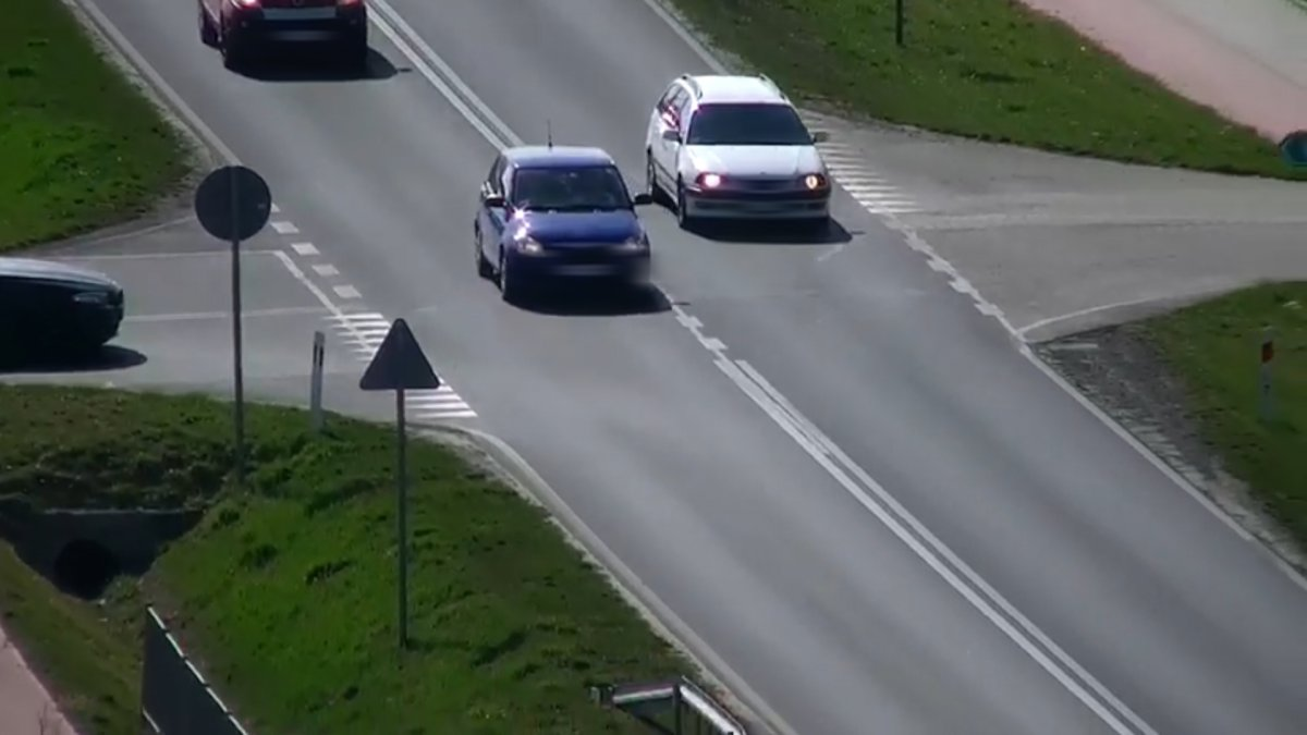 Kierowca toyoty wyprzedzał ciąg pojazdów na skrzyżowaniu