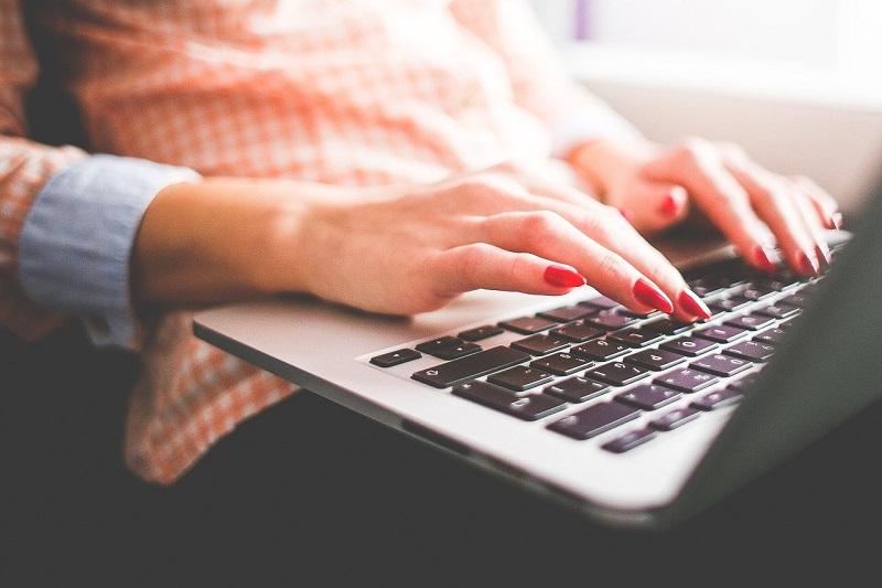 kobieta komputer laptop