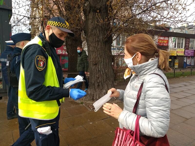 Funkcjonariusze Straży Miejskiej i Policji rozdają maseczki pasażerom komunikacji miejskiej