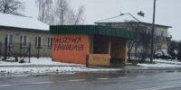 """Napis """"fałszywa pandemia"""" na przystanku w Niedrzwicy Kościelnej"""