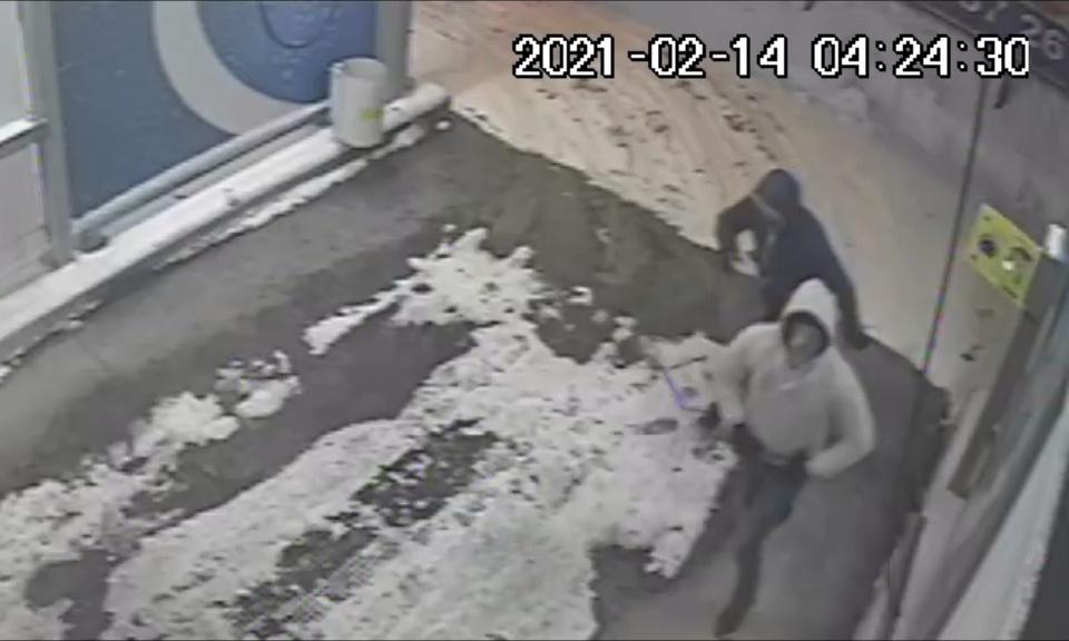 Policja poszukuje mężczyzn ze zdjęcia do sprawy włamania do myjni samochodowej