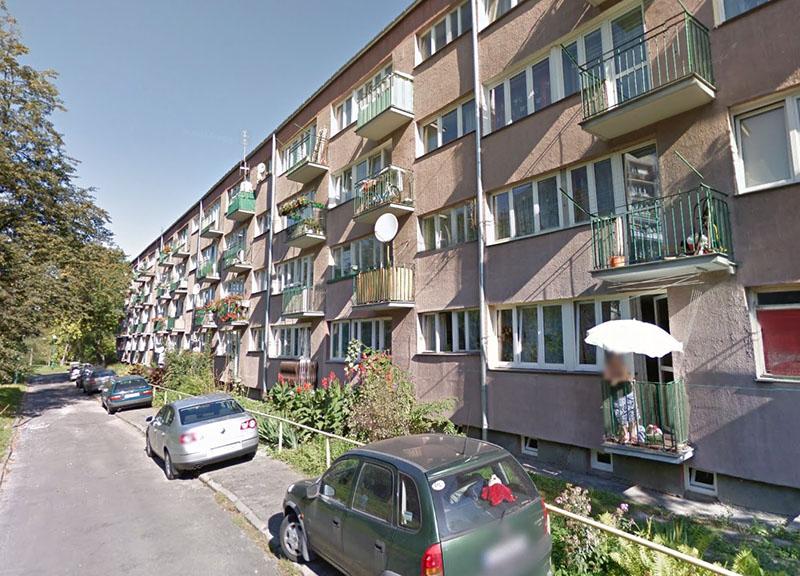 Młody mężczyzna spadł z balkonu podczas próby dostania się do mieszkania