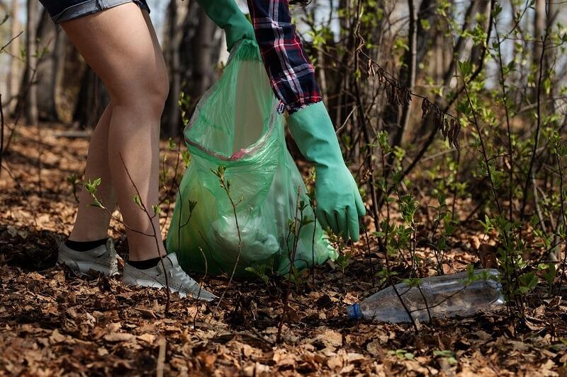 Sprzątanie śmieci w lesie