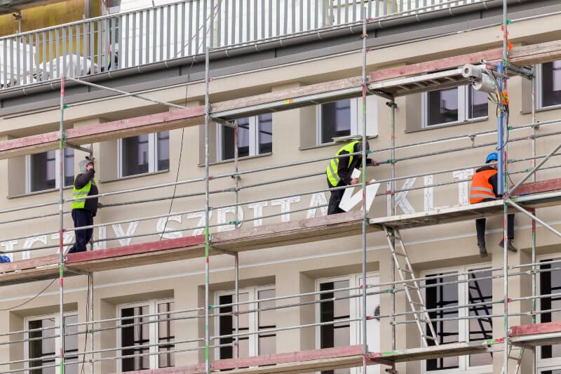 Na elewacji budynku szpitala SPSK4 zawisł nowy napis