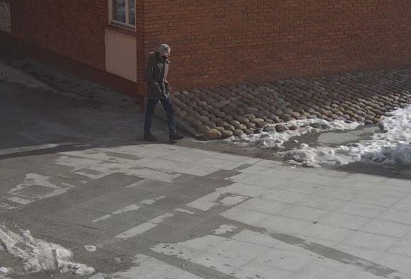 Policja poszukuje mężczyzny ze zdjęcia do sprawy kradzieży torebki