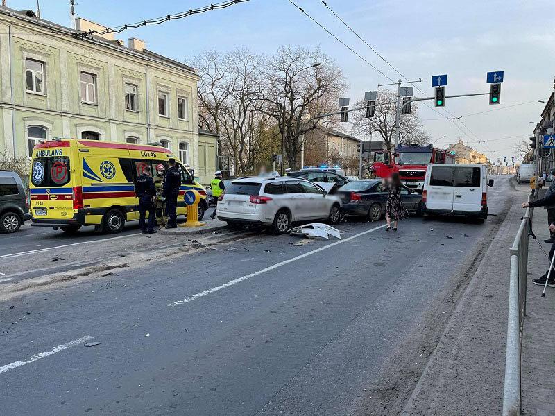 Pijany taksówkarz wjechał w stojące przed światłami auta na ul. Kunickiego